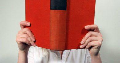 Frau mit rotem Buch