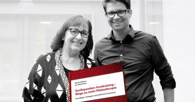 Marita Haibach und Jan Uekermann mit ihrem Buch Großspenden Fundraising