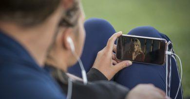 ein Paar schaut ein Video auf einem Smartphone