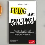 """Fachbuch """"Dialog statt Spaltung!"""" auf einem Schreibtisch"""