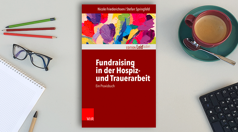 """Fachbuch """"Fundraising in der Hospiz- und Trauerarbeit"""" auf einem Schreibtisch"""