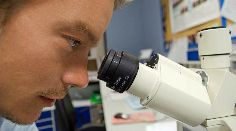 Wissenschaftler schaut durch ein Mikroskop