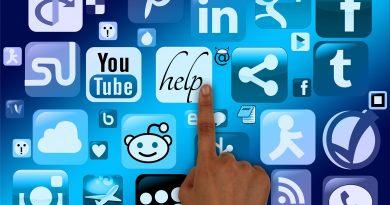 Hand zeigt auf Website und Social Media Icons