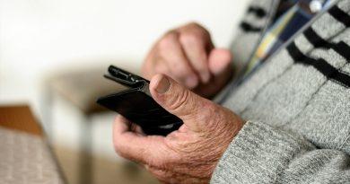alter Mann mit Smartphone