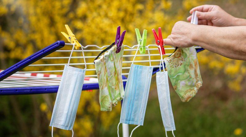 Mund-Nasen-Bedeckungen auf einem Wäscheständer
