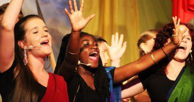 junge Frauen singen gemeinsam
