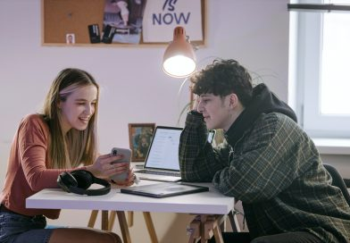 junge Leute mit Laptop und Smartphone