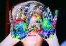 Ein Kind zeigt seine bemalten Hände