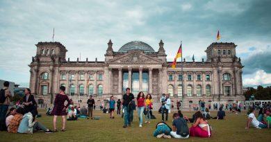 Menschen vor dem Reichstagsgebäude in Berlin