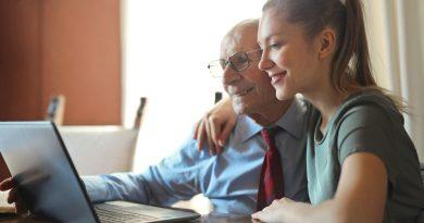 junge Frau und älterer Mann am Laptop