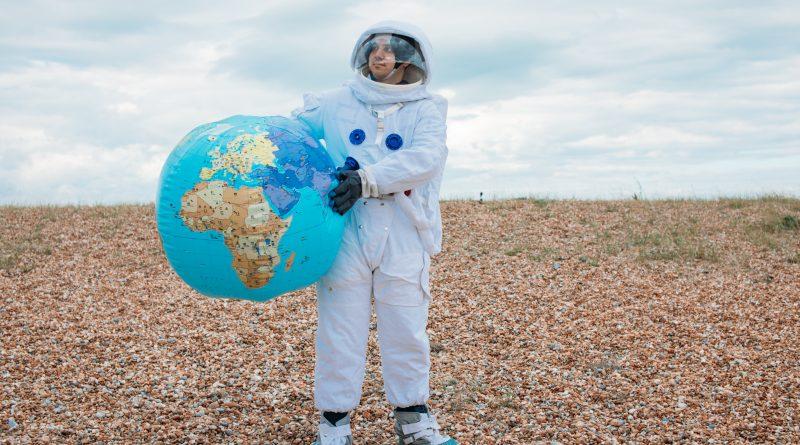 Ein Astronaut hält eine Erdkugel
