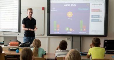 junger Lehrer mit Schülern beim Englisch-Unterricht