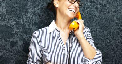 Frau mit gelbem Telefon