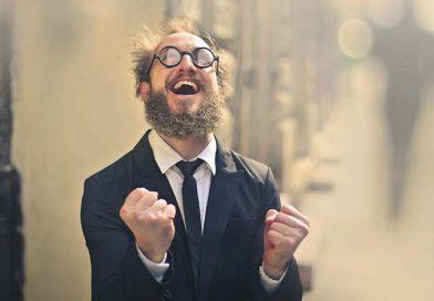 Sich freuender Mann mit Bart und Brille