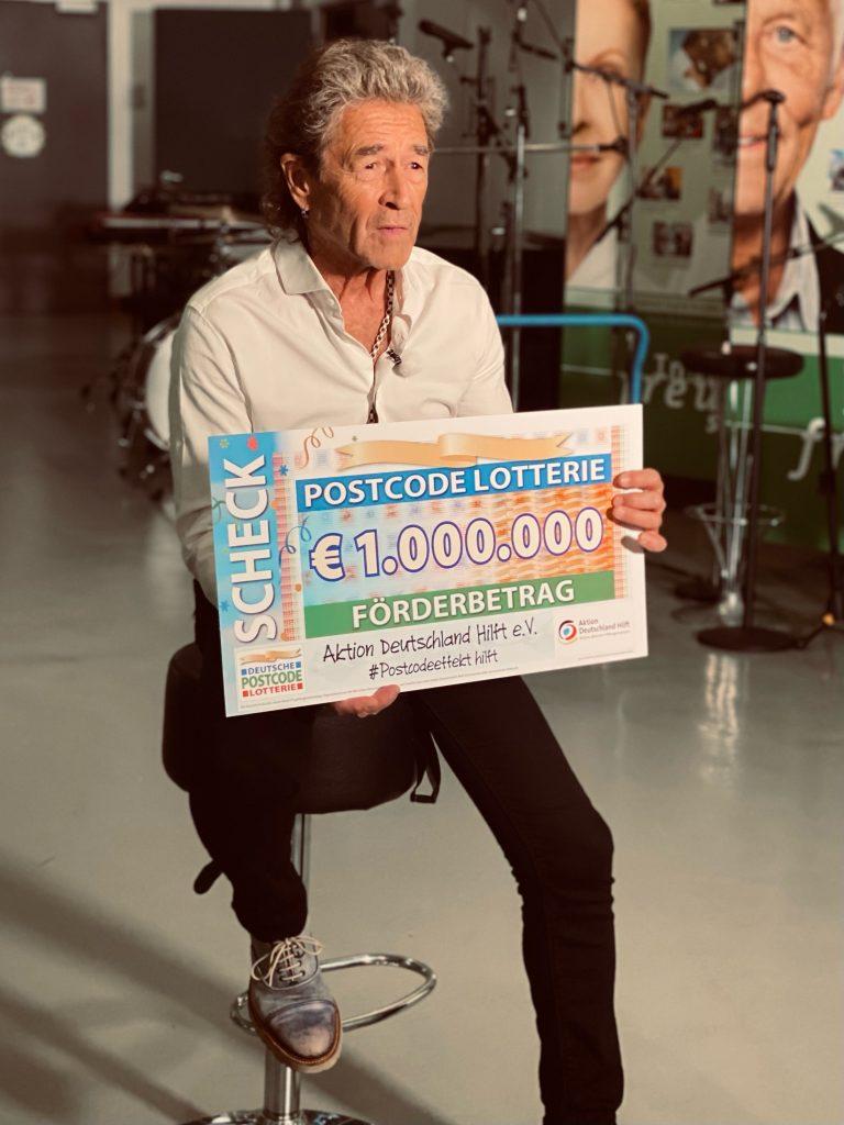 : Peter Maffay überreicht bei der ARD-Benefizgala im Juli 2021 einen Scheck der Deutschen Postcode Lotterie.