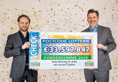 Die Geschäftsführer der Deutschen Postcode Lotterie Robert Engel (links) und Sascha Maas präsentieren die Fördersumme für 2020. Foto: Postcode Lotterie